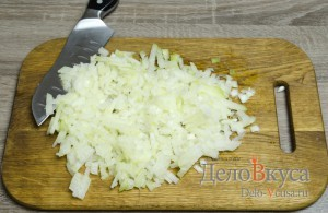 Котлеты из фарша с манкой без яиц: Репчатый лук мелко порезать