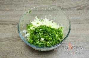 Котлеты из фарша с манкой без яиц: Перекладываем лук и зелень в подходящую емкость