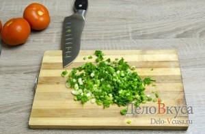 Салат с творогом и помидорами: Лук мелко покрошить