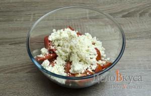 Салат с творогом и помидорами: Добавить творог и специи