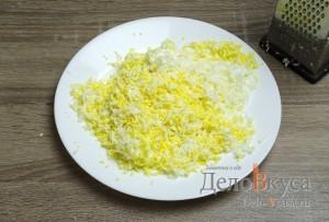 Салат с корейской морковкой, твердым сыром и яйцами: Яйца натереть на мелкой терке