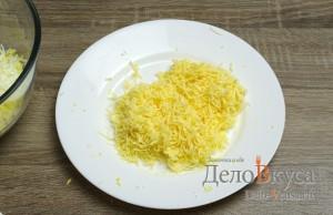 Салат с корейской морковкой, твердым сыром и яйцами: Твердый сыр натереть на мелкой терке
