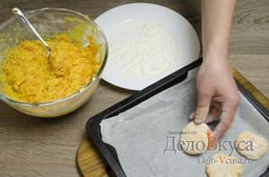 Морковное печенье с апельсиновой цедрой: Перекладываем печенье на форму