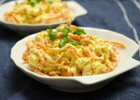 Салат с корейской морковкой, твердым сыром и яйцами
