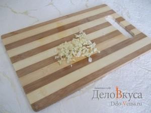 Закуска из баклажан и помидоров с чесноком: Измельчить чеснок