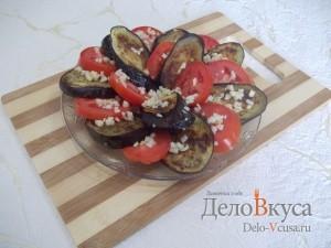 Закуска из баклажан и помидоров с чесноком: Посыпать измельченным чесноком