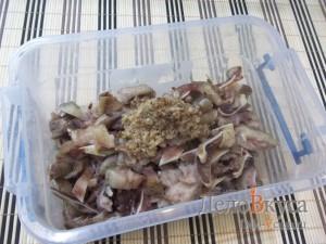 Маринованные свиные уши: Промариновать уши и убрать в холодильник