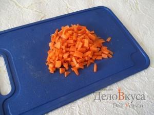 Суп с фрикадельками и яйцом: Порезать морковку