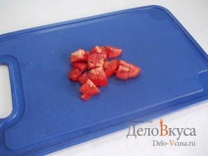 Суп с фрикадельками и яйцом: Порезать помидоры