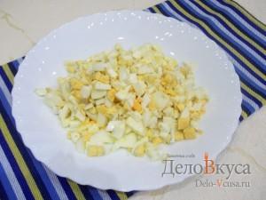 Салат Елочка на Новый год: Отварить и порезать яйца