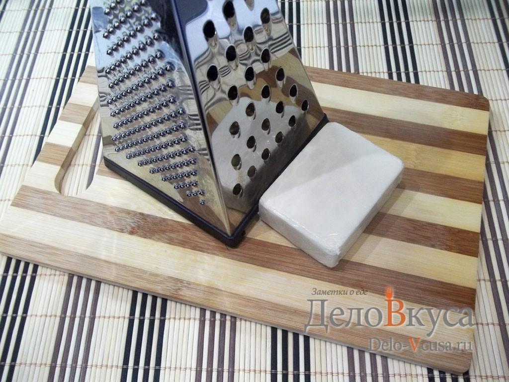 Рулет из крабовых палочек: Натереть плавленый сыр