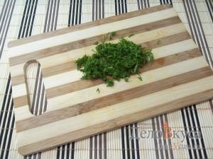 Рулет из крабовых палочек: Измельчить зелень