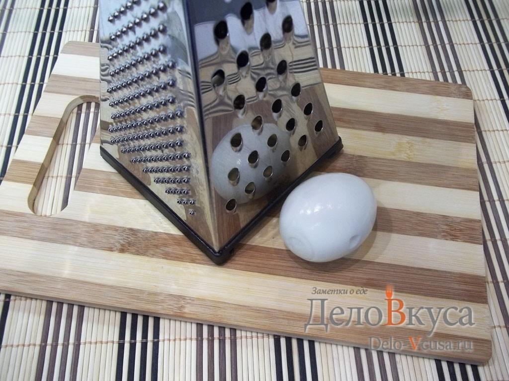Рулет из крабовых палочек: Натереть вареное яйцо