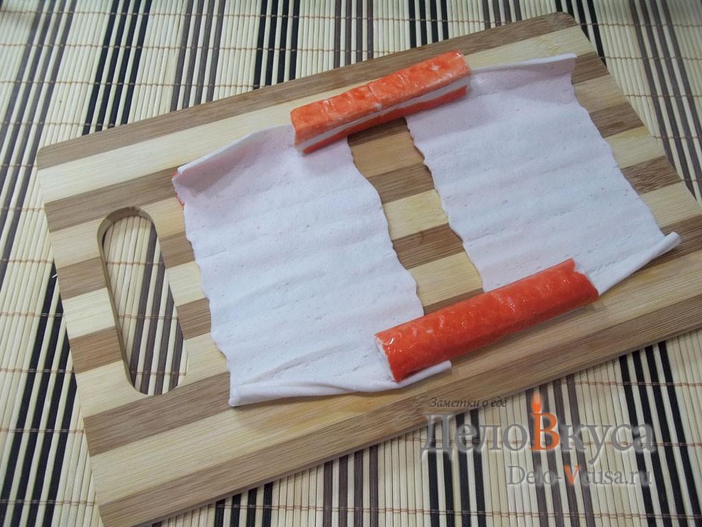 Рулет из крабовых палочек: Подготовить крабовые палочки