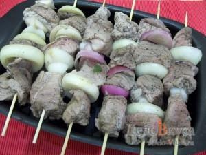 Свиной шашлык в духовке: Нанизать мясо