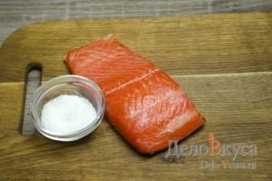 Засолка красной рыбы: Смешать соль и сахар