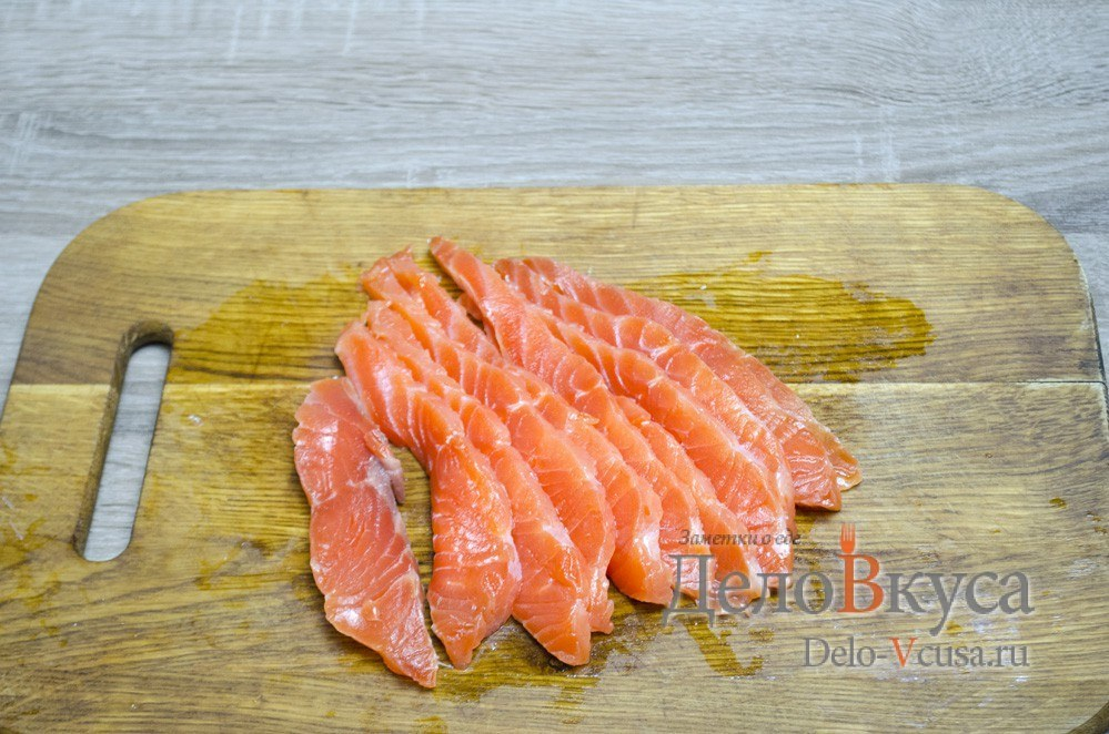 Засолка красной рыбы: Нарезать рыбу