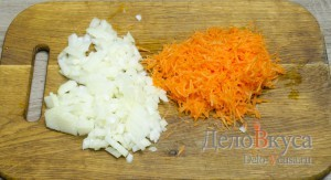 Гороховый суп: Морковь натереть на средней терке, лук порезать небольшими кубиками