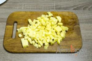 Гороховый суп: Картошку очистить и порезать кубиками