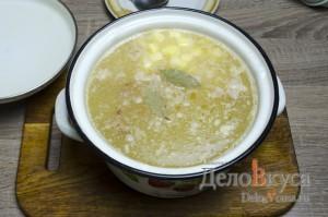 Гороховый суп: Кладем картошку в суп