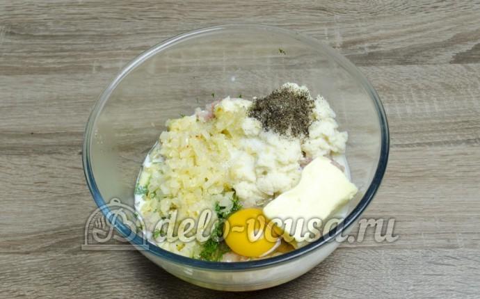 Котлеты из щуки: Добавить муку, яйца и хлеб