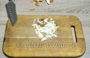 Салат из краснокочанной капусты: Измельчить лук