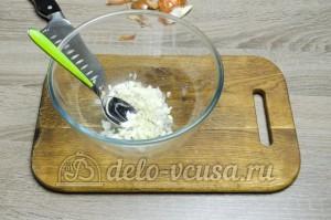 Салат из краснокочанной капусты: Заправить лук уксусом