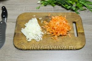 Уха из головы семги: Морковь и лук порезать