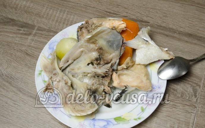 Уха из головы семги: Вынимаем рыбу из бульона