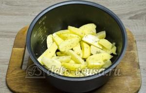 Картошка в мультиварке: Картошку заправить специями и маслом