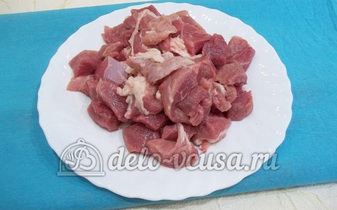 Свинина в горшочке с яблоками: Мясо порезать