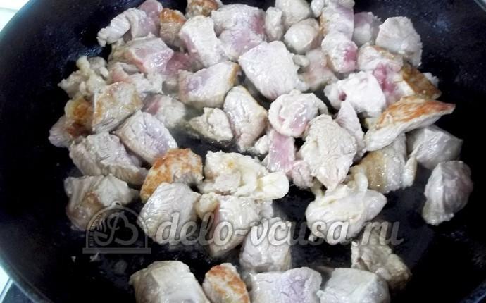Свинина в горшочке с яблоками: Мясо обжарить