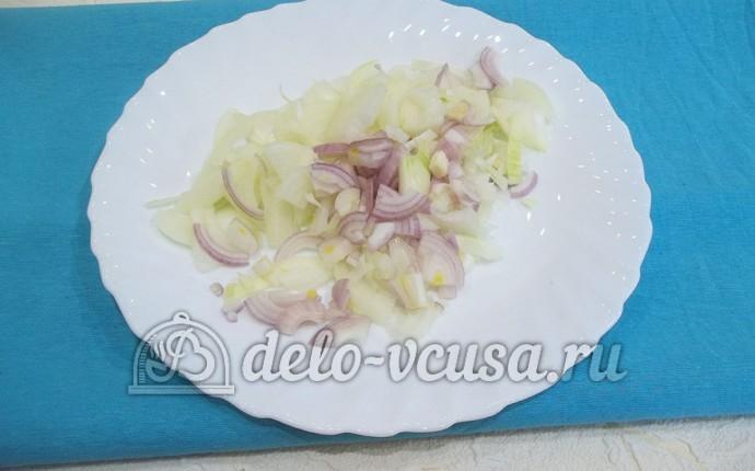 Свинина в горшочке с яблоками: Порезать лук