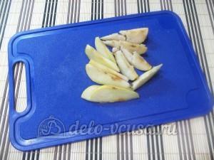 Омлет с грушей: Порезать грушу