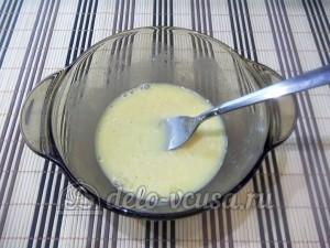 Омлет с грушей: Взбить яйца с молоком