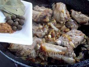 Жареные свиные ребрышки с медом: Добавить специи