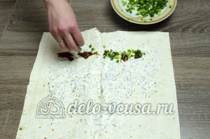 Шаурма в домашних условиях: Смазываем лаваш соусом и посыпаем зеленью