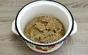 Гречневая каша с грибами: Заливаем гречневую крупу водой