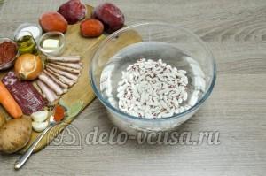 Суп с фасолью: Залить фасоль водой