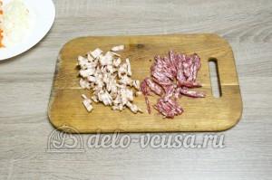 Суп с фасолью: Колбасу и бекон порезать соломкой