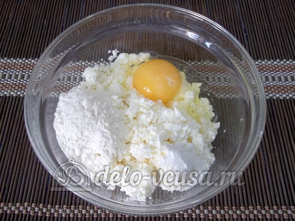 Творожные пончики с шоколадом: Творог с яйцом соединить