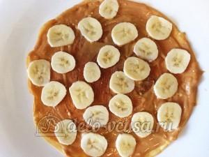Блинный торт со сгущенкой и бананами: Кладем бананы