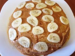 Блинный торт со сгущенкой и бананами: Формируем торт