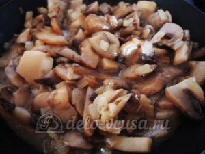 Курица с грибами или куриные бомбочки: Добавляем лук