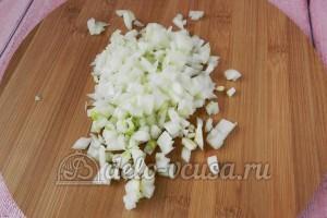 Скумбрия в духовке с овощами: Порезать лук