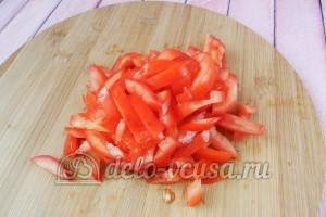 Скумбрия в духовке с овощами: Порезать помидоры