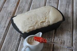 Пшеничный хлеб в духовке: Смазать молоком