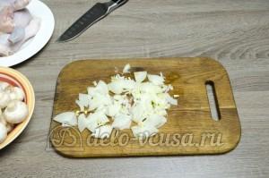 Курица с грибами в сливочном соусе: Порезать лук