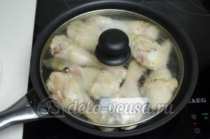 Курица с грибами в сливочном соусе: Тушим курицу под крышкой