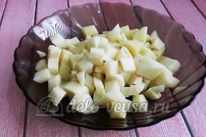 Суп с сырными шариками: Порезать картошку